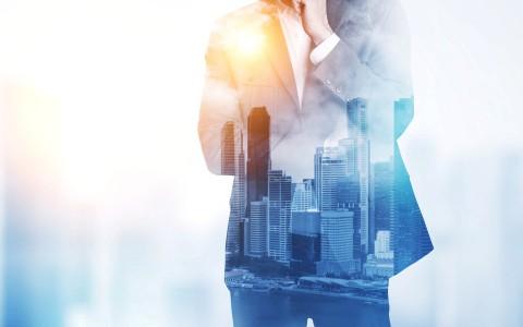 imagen doble que superpone la silueta de un Ejecutivo con la ciudad de fondo