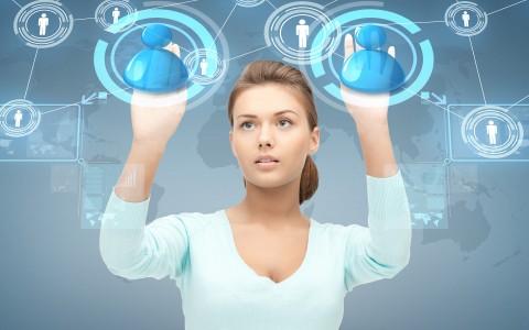 Micliente | una atractiva mujer maneja clientes es una pantalla transparente de estilo futurista